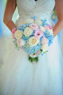 Alyonka_holding_bouquet