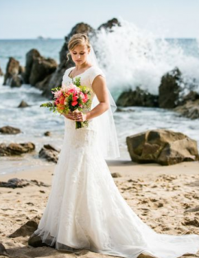 Katie_w__bouquet_on_beach